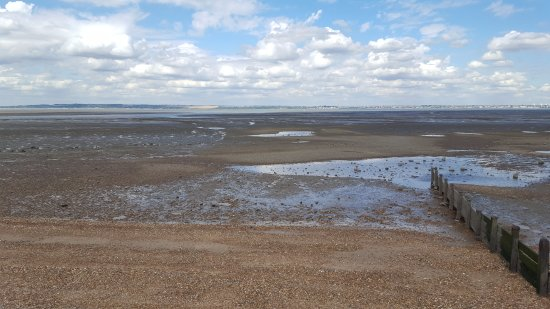 Allhallows, UK: tide out at the beach