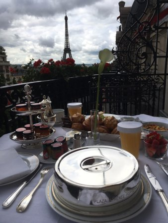 Hotel Plaza Athenee: In room breakfast with great view of Eiffel Tower