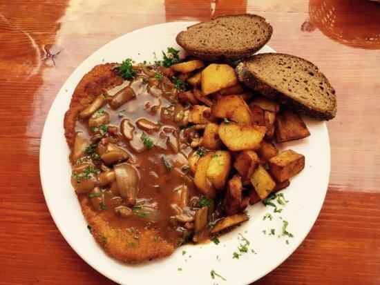 Hessen, Duitsland: Jägerschnitzel mit Brot und Bratkartoffeln