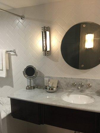 Hotel Shangri-La Santa Monica : Salle de bain