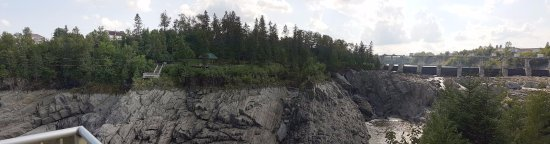 Grand Falls, Kanada: A view of both zip lines and the gorge.