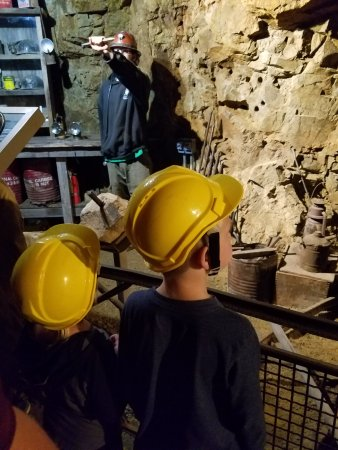 Mollie Kathleen Gold Mine: This is our tour guide explanining this exhibit!