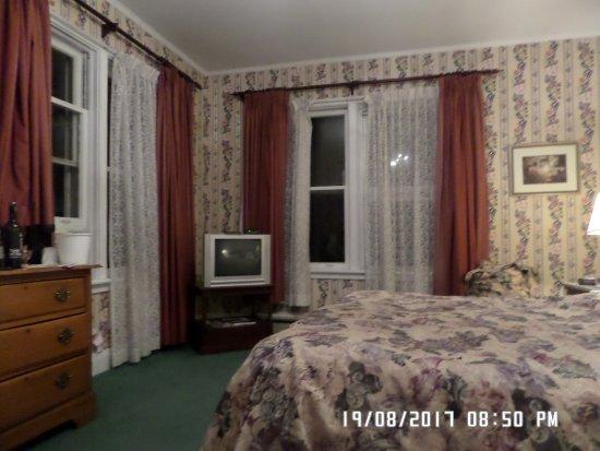 Inn at the Falls: Room 102