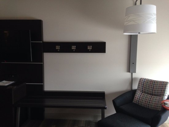 Holiday Inn Express Cape Girardeau: bench by TV plus another comfy chair