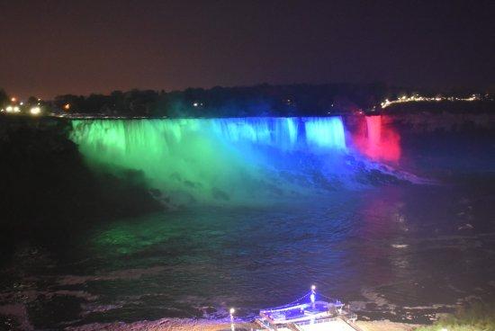 Ramada by Wyndham Niagara Falls Near the Falls: Les chutes le soir illuminées