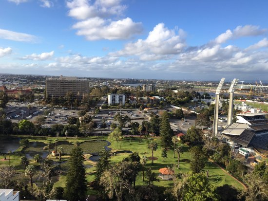 Fraser Suites Perth: Room on the corner gets views in every direction