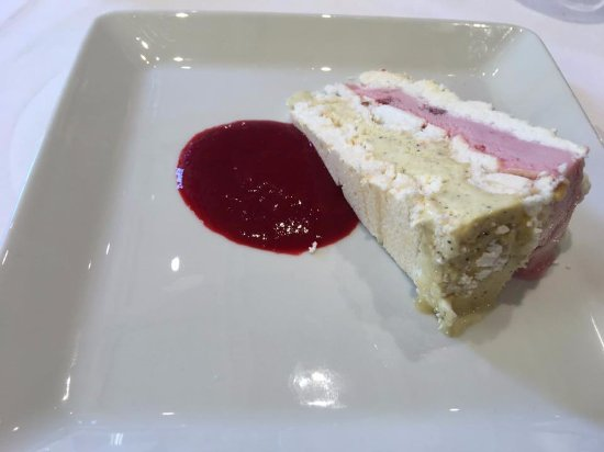 Poisson, France : nougat glacé, coulis de fruits rouges