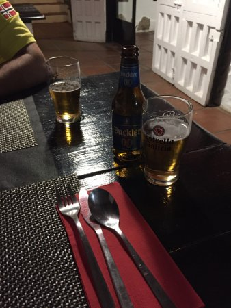 Montejaque, España: Tapa de pulpo, muslo de pollo con jamón, ensalada tropical, rollito vietnamita.