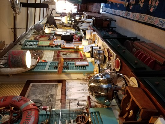 Harbor Haus Inn & Suites: Funky, eclectic, collection in dinning room