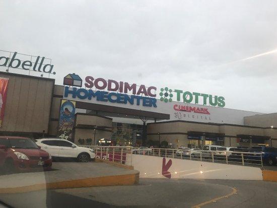 Callao, Perù: Un mall tranquilo, sin mucha gente y tiene buenas tiendas y estacionamiento amplio, no tiene muc