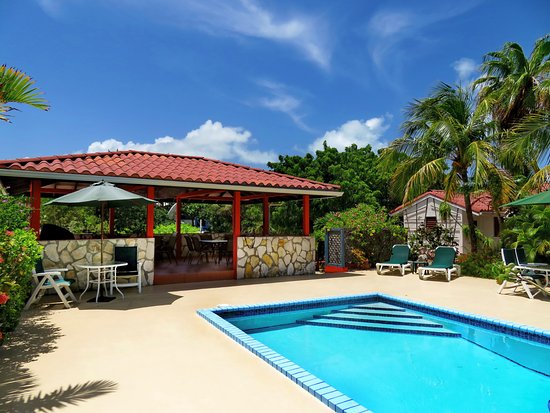 Harbour Club Villas & Marina: Gazebo by the pool has a large barbecue/grill with a seating area for our guests to use