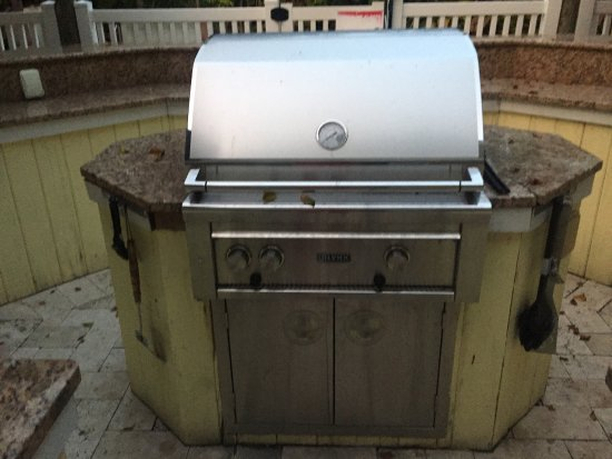 Anna Maria Island Beach Resort: Grill area countertop