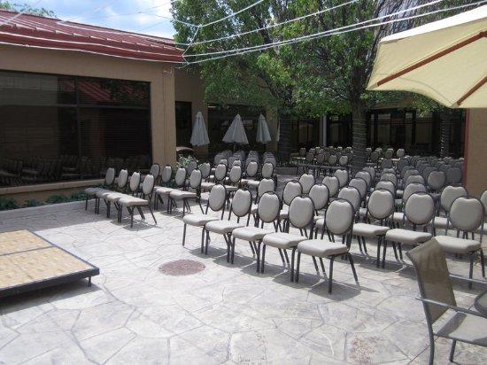 Holiday Inn Gurnee Convention Center: Courtyard