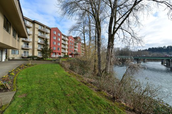 Gladstone, OR: All rooms have a relaxing view of the Clackamas River