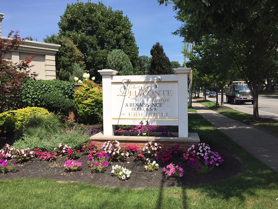 The Del Monte Lodge Renaissance Rochester Hotel & Spa: Hotel signage from road