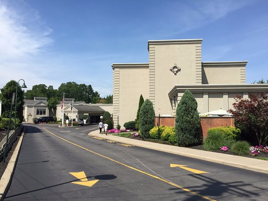 The Del Monte Lodge Renaissance Rochester Hotel & Spa: Hotel entrance from road