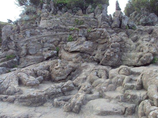 Les Rochers Sculptes: groupement de plusieurs personnages taillés a même la roche