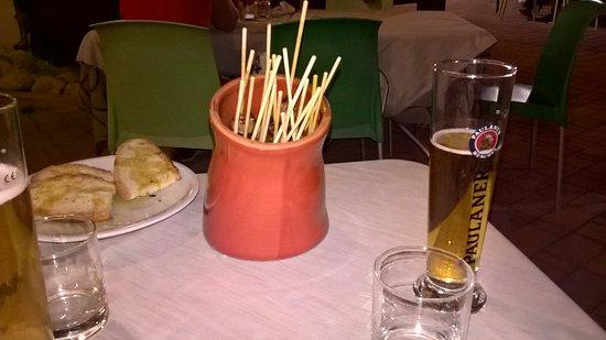 Itala, Italien: Gli arrosticini vengono serviti in un specie di orcetto per preservarne il calore