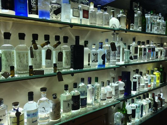 Plymouth Gin Distillery : Part of the gin display