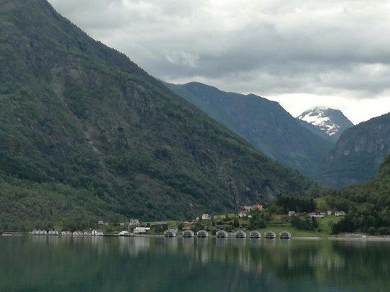 Skjolden, Норвегия: zicht op de huisjes en appartementen vanop de fjord
