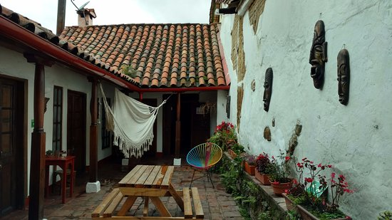 Alegria's Hostel: Front entrance with rooms along the left