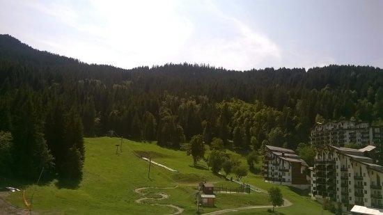 La Tania, France : Vista desde el balcón (la piscina no se ve pero está justo bajo el borde de la foto)