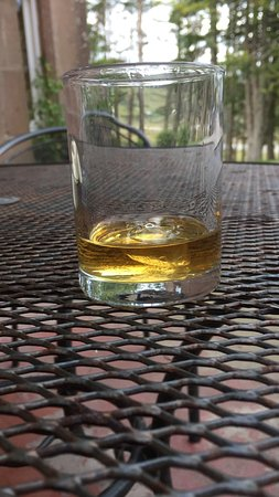 Achnasheen, UK: Best Whisky - the jovial bartender poured it from a square bottle