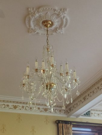Achnasheen, UK: Crystal chandeliers, clean and sparkling