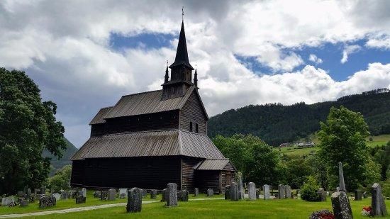 La stavkirke e il cimitero di Kaupanger