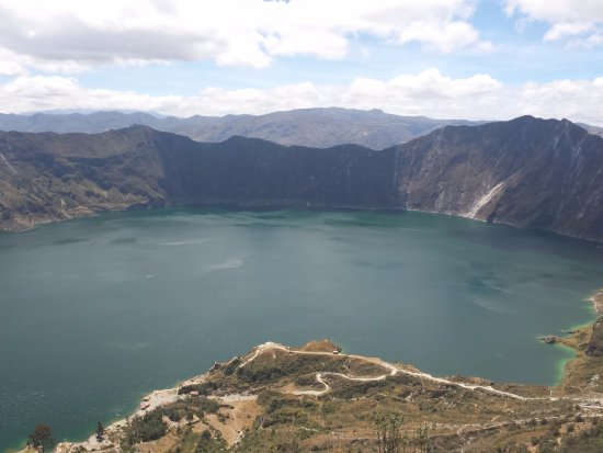 Laguna Quilotoa: View over the crater lake, Quilotoa