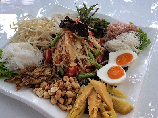 ตำถาด - a platter of mixed papaya salad and side dishes