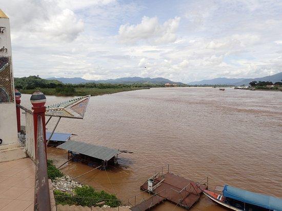 Chiang Saen: 正面奥はミャンマー