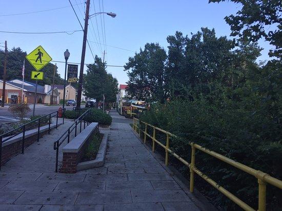 Χάνκοκ, Μέριλαντ: walking to restaurant in Hancock
