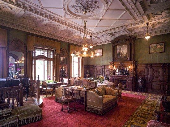 Château de hünegg das herzstück der grosse salon die komplett eingerichtete küche