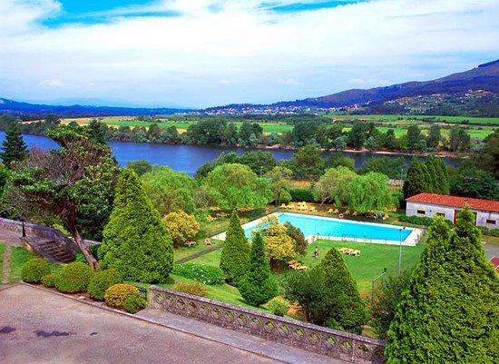Parador de Tui: vu de la terrasse: piscine en contre bas et le Portugal en fond