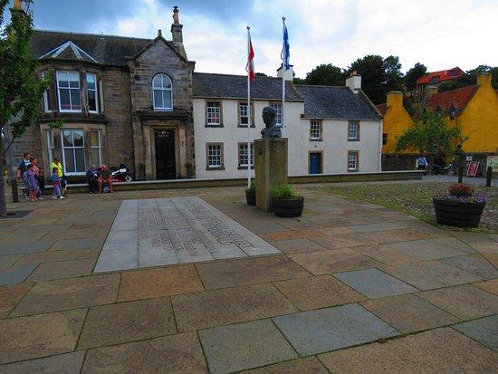 Admiral Lord Thomas Cochrane: in the centre of Culross