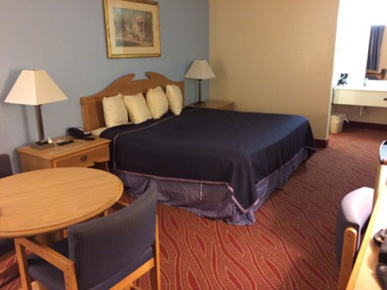 Howard Johnson by Wyndham Staunton: king bed room