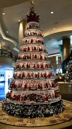 Shangri-La Hotel Kuala Lumpur : Gorgeous Christmas tree with handmade ornaments in the foyer