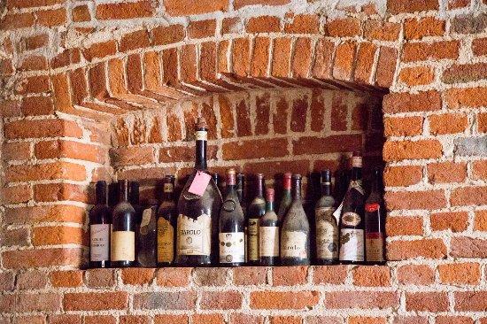 Monta, อิตาลี: I vini di Langhe e Roero nella cantinetta