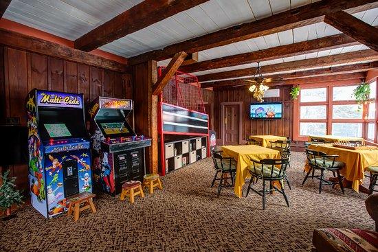 Hob Knob Bar & Lounge: Arcade Machines and games