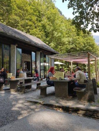 esterno con tavoli in pietra - Bild von Grotto Efra, Sonogno ...