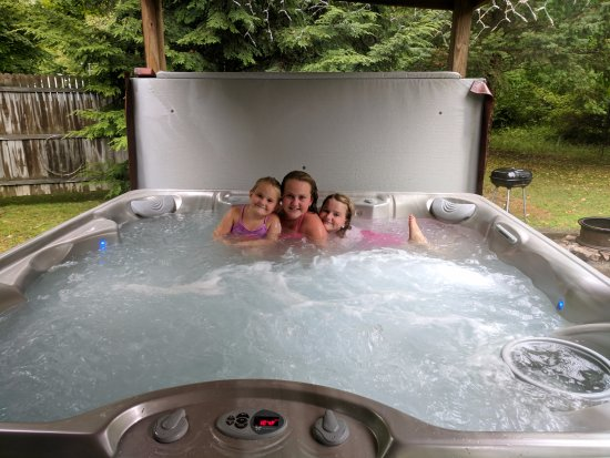Marienville, Пенсильвания: Kids loved the cabin hot tub, which was super clean and a great size.