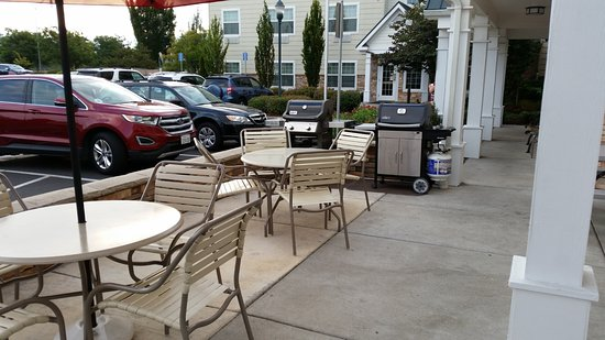 TownePlace Suites Medford: Outdoor eating area with grill
