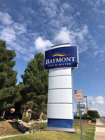 Baymont Inn and Suites Roswell: Street sign.