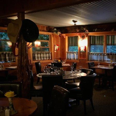 Swan Lake, MT: Cozy dining room.