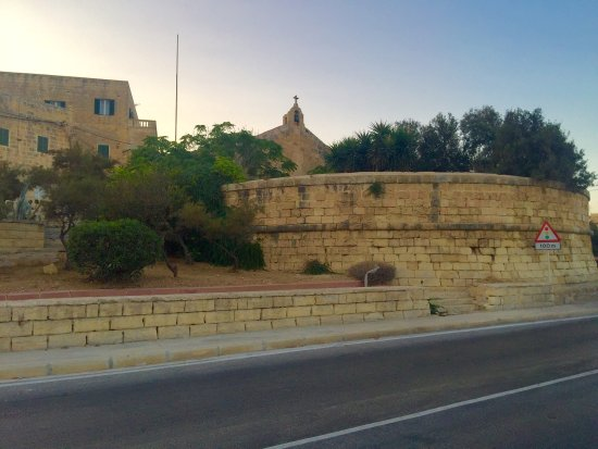 Birzebbuga, Malta: Chapel and redoubt photo and the picture of the tourist information board about the object.