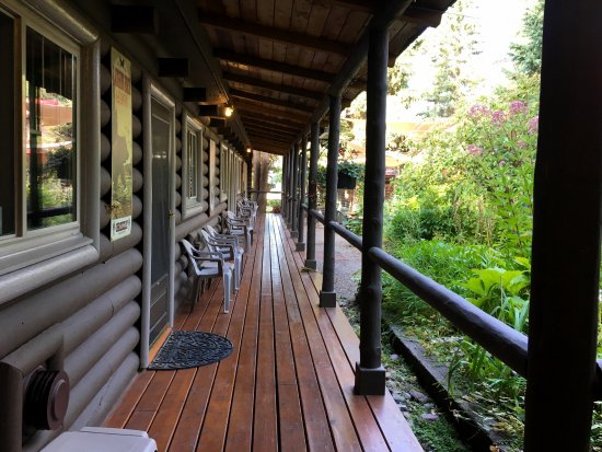 Swan Lake, MT: Peaceful patio outside the guest rooms.