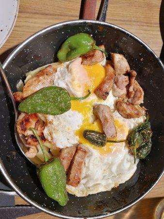 Canas y Tapas: Huevos rotos con ternera y pimientos del padrón