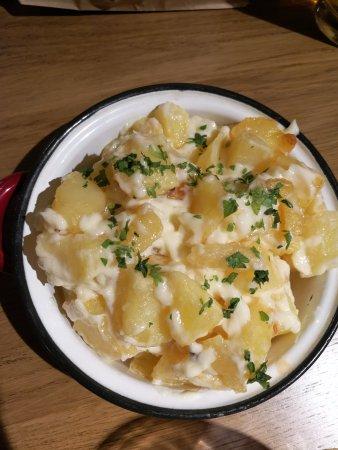 Canas y Tapas: Patatas bravas deliciosas, con alioli