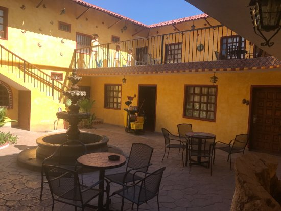 Hacienda Los Algodones: Courtyard near pool